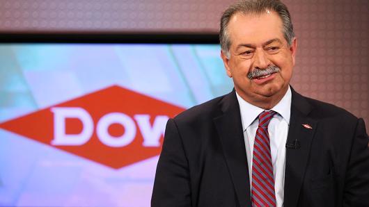 Αποχωρεί το εμβληματικό αφεντικό της Dow Chemical, Άντριου Λιβέρις