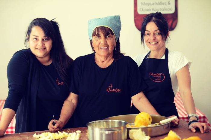 """Το """"ΓΛΥΚΑΚΙ"""" δίνει δουλειά σε έξι άνεργες γυναίκες του χωριού Οξύλιθος"""