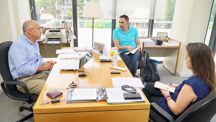 Ο πρόεδρος του INCOFRUIT-HELLAS, Γιώργος Φραγκίστας συνομιλεί με τους συντάκες της «ΥΧ»
