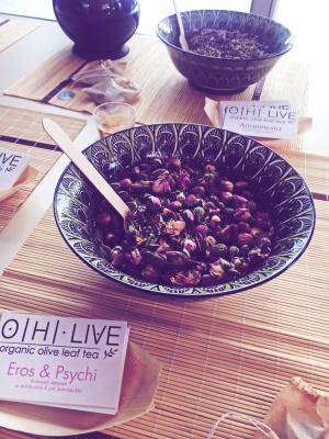 Η ομάδα «O|H| LIVE» αξιοποιεί τα φύλλα ελιάς, δημιουργώντας αφεψήματα που... μυρίζουν Ελλάδα.