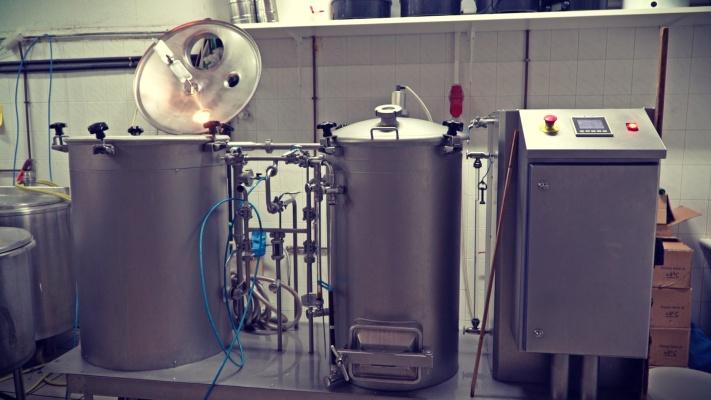 εργαστηριακούς χώρους του μικροοινοποιείου και του μικροζυθοποιείου.
