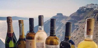 Το κρασί Samos Vin Doux του ΕΟΣ Σάμου με φόντο το ηφαίστειο της Σαντορίνης