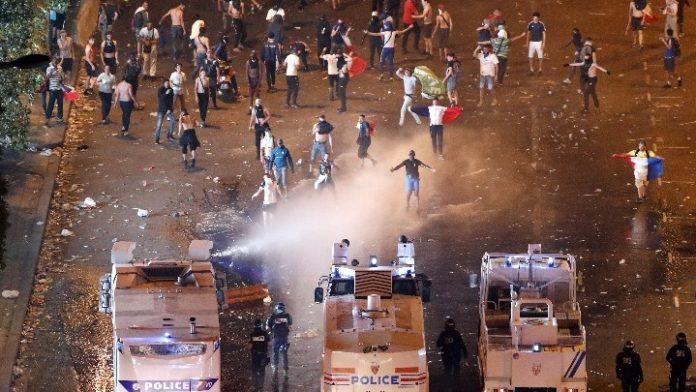 Δυο νεκροί, τραυματίες και 845 καμμένα οχήματα στο περιθώριο των εορτασμών για το Μουντιάλ στη Γαλλία