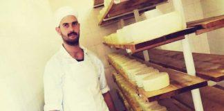 «Ο σύγχρονος τυροκόμος είναι επαγγελματίας και χρειάζεται εξειδικευμένες γνώσεις», λέει στην «ΥΧ» ο τελειόφοιτος της Γαλακτοκομικής Ιωαννίνων, Κωνσταντίνος Ρούσσης.