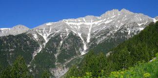 """Στα λευκά """"ντύθηκαν"""" οι κορυφές του Ολύμπου - Οι πρώτες νιφάδες χιονιού και στο Νυμφαίο"""