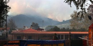 Ανεξέλεγκτη μαίνεται η πυρκαγιά στη Σιθωνία Χαλκιδικής