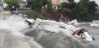 Παλιά Επίδαυρος: H στιγμή που τα κύματα βγάζουν τα σκάφη στη στεριά (βίντεο)