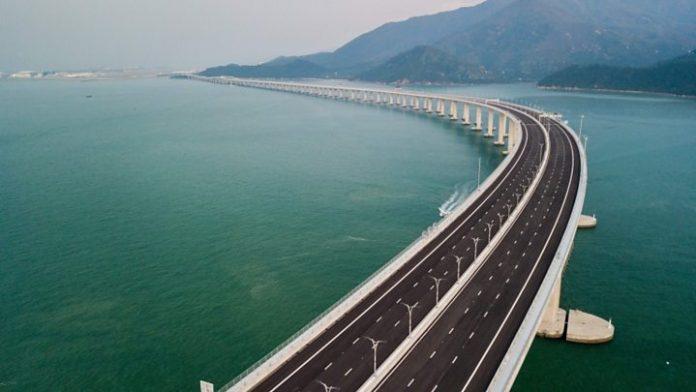 Ο πρόεδρος Σι Τζινπίνγκ εγκαινίασε τη μακρύτερη θαλάσσια γέφυρα του κόσμου
