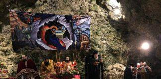 Χριστουγεννιάτικη Θεία Λειτουργία σε σπήλαιο στα Χανιά