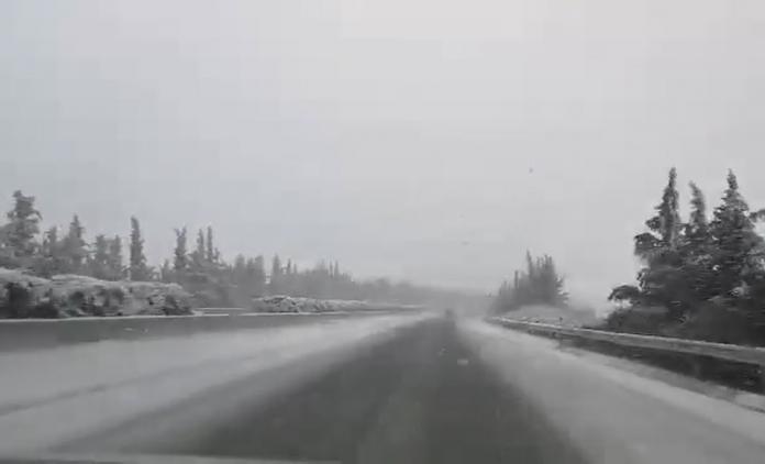 Έντονη χιονόπτωση αυτή τη στιγμή σε πολλά σημεία της εθνικής Αθηνών-Λαμίας (βίντεο)