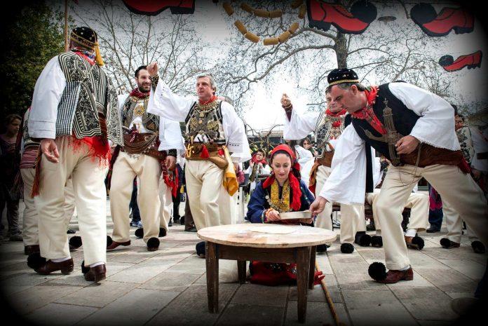 Το δρώμενο αυτό έχει ιστορία 150 χρόνων και γίνεται στην πόλη της Θήβας κάθε χρόνο την Κυριακή της Αποκριάς και την Καθαρή Δευτέρα.