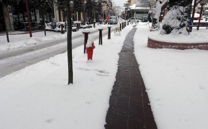 Με τη βοήθεια της γεωθερμίας καθαρά από τον πάγο πεζοδρόμια στο Καρπενήσι