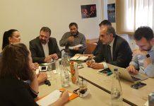 Σύσκεψη στο ΥπΑΑΤ για το καθεστώς εργασιακής σχέσης των αλλοδαπών αγρεργατών στη φράουλας