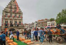 Στην πόλη Γκούντα, οι Ολλανδοί τυροκόμοι ανησυχούν για τους αμερικανικούς δασμούς