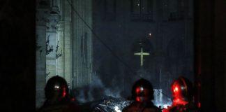 Υπό έλεγχο η πυρκαγιά στην Παναγία των Παρισίων - Οι πρώτες εικόνες από το εσωτερικό