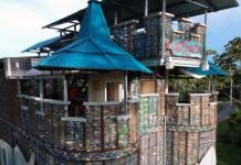Ένα ολόκληρο χωριό από πλαστικά μπουκάλια