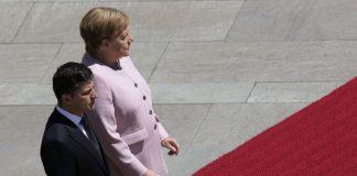 Ανησυχία για τη Μέρκελ - Εμφανίστηκε να τρέμει σε επίσημη τελετή (βίντεο)