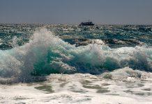 Κάρπαθος: Επτά επιβάτες τουριστικού πλοίου, τραυματίες, λόγω κυματισμού