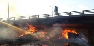 Εγνατία Οδός: Φωτιά σε μπάλες από τριφύλλι προκάλεσε ζημιές σε γέφυρα