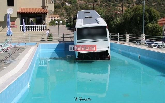 Κεφαλονιά: «Βουτιά» λεωφορείου σε πισίνα ξενοδοχείου