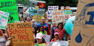 Mαθητές σε όλον τον κόσμο κλείνουν τα βιβλία και διαδηλώνουν για την κλιματική αλλαγή