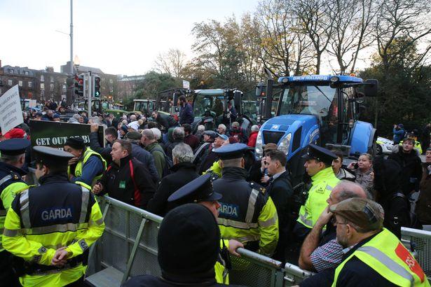 Ιρλανδία: Αγρότες απέκλεισαν με τα τρακτέρ τους το κέντρο του Δουβλίνου