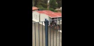 Kακοκαιρία «Βικτόρια»: Μαθητές στην Κρήτη χτίζουν γέφυρα για να βγουν από το σχολείο (βίντεο)
