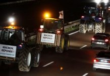 Εκατοντάδες τρακτέρ κατευθύνονται στο Παρίσι καθώς οι Γάλλοι αγρότες διαμαρτύρονται για την πολιτική της κυβέρνησης