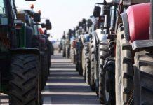 Βγήκαν τα τρακτέρ στον κόμβο του Πλατυκάμπου - Οι αγρότες ζητούν συνάντηση με τον υπουργό Αγροτικής Ανάπτυξης