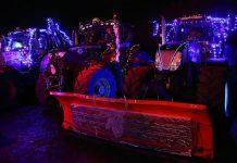 Εντυπωσιάζουν τα χριστουγεννιάτικα τρακτέρ στο Μπάρφορντ της Μεγάλης Βρετανίας (βίντεο)