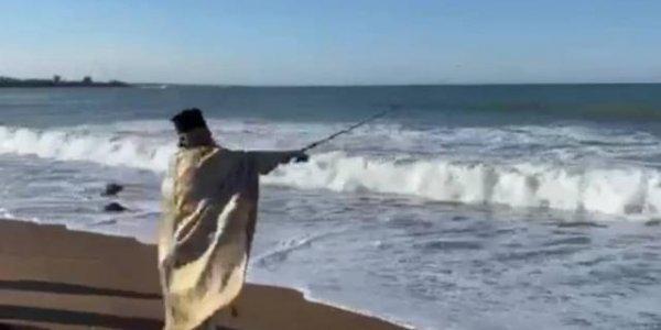 Συνέβη και αυτό: Ιερέας έριξε τον Σταυρό με... καλάμι ψαρέματος (βίντεο)
