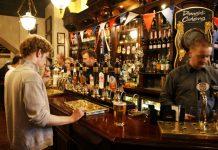 Βρετανία: Εάν δεν δώσεις όνομα δεν έχει μπύρα, ο νέος κανόνας που θα διέπει την επαναλειτουργία των παμπ μετά το lockdown