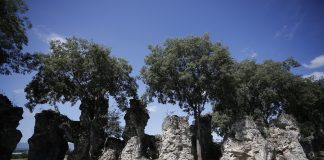 """Νυμφόπετρα: Γεωλογικοί σχηματισμοί """"ντύθηκαν"""" με τον μύθο της πετρωμένης νυφικής πομπής"""