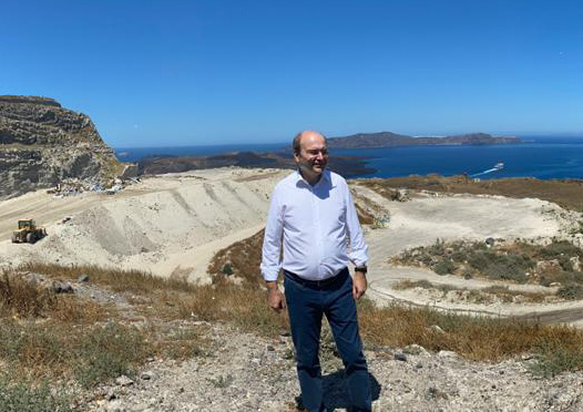 ΥΠΕΝ: Για την περιβαλλοντική προστασία της Σαντορίνης μιλάμε με έργα