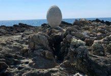Εγκαινιάστηκε το μνημείο των Διόσκουρων, στη βραχονησίδα Πέφνο, στη Δυτική Μάνη