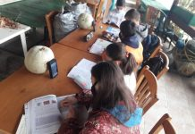 Τηλεκπαίδευση στο... καφενείο του χωριού με ένα παλιό λάπτοπ και ένα κινητό