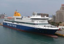 """Στο λιμάνι της Κάσου, προσέκρουσε ελαφρά κατά της διαδικασία πρόσδεσης, το επιβατηγό οχηματαγωγό πλοίο """"Blue Star Patmos"""", χωρίς να αναφερθεί κάποιος τραυματισμός."""