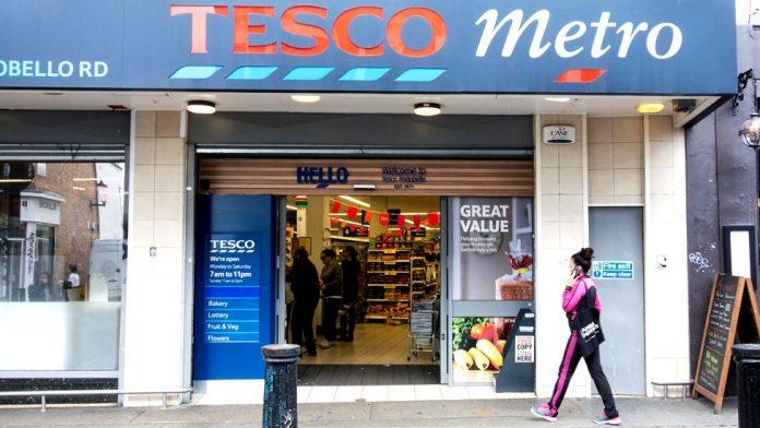 Βρετανία: Η Tesco και 17 ακόμη μεγάλα ονόματα του λιανεμπορίου ζητούν επιβολή φόρου στο ηλεκτρονικό εμπόριο